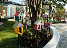 Drewniany pudełko z dziury dekoracją dla ptaków robić ich hom Fotografia Royalty Free