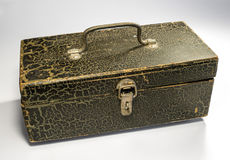 Drewniany pudełko z metal rękojeścią i zapadką na lekkim tle Pudełko maluje z farbą farba pękająca Obraz Royalty Free