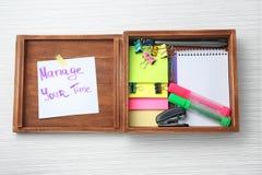 """Drewniany pudełko z pisać zwrotem Kieruje twój czas"""" na papieru materiały na stole i prześcieradle """" Czasu zarz?dzania poj?cie zdjęcia royalty free"""