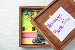 """Drewniany pudełko z pisać zwrotem Kieruje twój czas"""" na papieru materiały na stole i prześcieradle """" Czasu zarz?dzania poj?cie zdjęcie royalty free"""