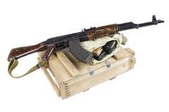 drewniany pudełko amunicje z AK amunicjami i karabinem Obraz Royalty Free