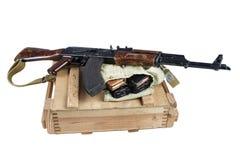 drewniany pudełko amunicje z AK amunicjami i karabinem Zdjęcie Stock