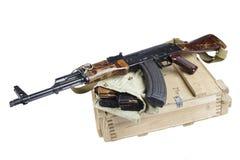 drewniany pudełko amunicje z AK amunicjami i karabinem Obrazy Royalty Free
