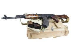 drewniany pudełko amunicje z AK amunicjami i karabinem Obraz Stock