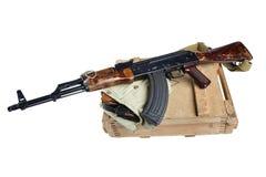 drewniany pudełko amunicje z AK amunicjami i karabinem Fotografia Royalty Free
