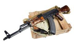 drewniany pudełko amunicje z AK amunicjami i karabinem Fotografia Stock