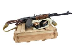 drewniany pudełko amunicje z AK amunicjami i karabinem Zdjęcia Stock