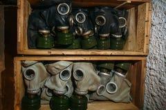 Drewniany pude?ko z starymi rocznik maskami gazowymi, anta zanieczyszczenie ochrona, zako?czenie w g?r? zdjęcia stock