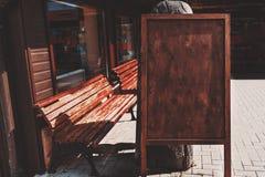 Drewniany pusty sztandaru placeholder na ulicie Zdjęcie Stock