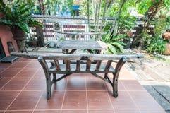 Drewniany pykniczny stół z ławkami Zdjęcie Stock
