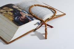 Drewniany różaniec na biblii zdjęcie stock