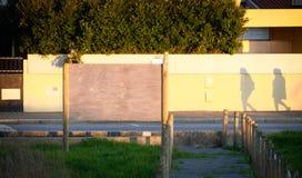 Drewniany reklama billboarda Mockup i ludzie cieni fotografia stock