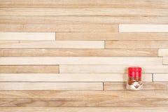 Drewniany rocznika tło z naturalną drewnianą teksturą składał od małych deseczek i pikantność w przejrzystym pakunku Obraz Stock