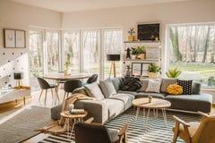 Drewniany, round łomota stół w kącie otwartej przestrzeni utrzymanie, fotografia royalty free