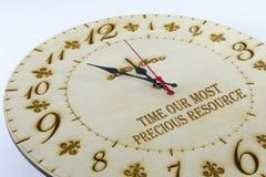 Drewniany round ściany zegarek - osiąga odosobnionego na białym tle kieruje czas twój zdjęcia royalty free