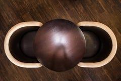Drewniany round stół z rzemiennymi krzesłami obraz royalty free