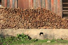 Drewniany rozsypisko przechuje przed magazynem w wiosce (Bhutan) zdjęcia royalty free