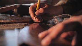 Drewniany rzeźbiarz produkuje marżę na drewnianym workpiece dla natępnego przerobu zdjęcie wideo
