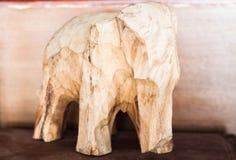 Drewniany rzeźbiący słoń Zdjęcia Stock