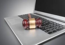 Drewniany sędziego młoteczek na laptop klawiaturze Obraz Stock