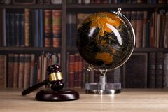 drewniany sędziego ` s młoteczek prawo Sędziego ` s biuro Obrazy Royalty Free