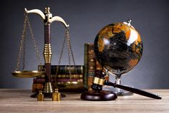 drewniany sędziego ` s młoteczek prawo Sędziego ` s biuro Obrazy Stock
