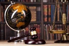 drewniany sędziego ` s młoteczek prawo Sędziego ` s biuro Zdjęcie Stock