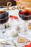 Drewniany słowo miłość stoi na szkłach wino Zdjęcia Royalty Free