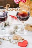 Drewniany słowo miłość stoi na szkłach wino Obraz Stock
