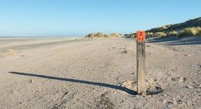 Drewniany słup na pustej plaży przy Północnym morzem zdjęcia stock