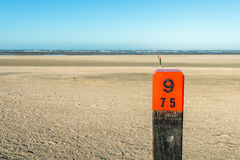Drewniany słup na pustej plaży przy Północnym morzem od zakończenia obrazy stock