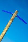 Drewniany słup z błękitnymi kierunek strzała Obrazy Stock