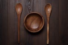 Drewniany sałatkowy puchar i dwa łyżki fotografia royalty free