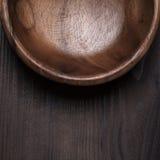 Drewniany sałatkowy puchar na stole obrazy royalty free