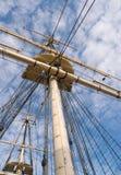 Drewniany sailship olinowanie przeciw niebieskiemu niebu z chmurami Zdjęcie Royalty Free