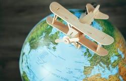 Drewniany samolotu model jest na ziemskiej kuli ziemskiej Podróży pojęcia wizerunek Zdjęcie Royalty Free
