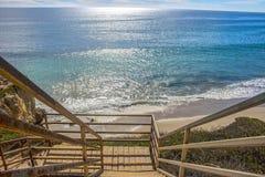 Drewniany schodka prowadzenia puszek na Malibu Kalifornia plaży obrazy stock