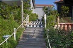 Drewniany schodowy sposób na pięknym i zielonym ogródzie Zdjęcie Royalty Free