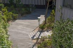 Drewniany schodowy sposób na pięknym i zielonym ogródzie Obraz Stock