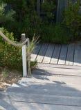 Drewniany schodowy sposób na pięknym i zielonym ogródzie Zdjęcia Stock