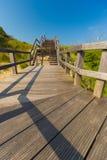 Drewniany schody iść w niebieskie niebo wśród diun i wysokiej trawy Fotografia Royalty Free