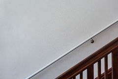 Drewniany schody przed biel ścianą z poręczem Obrazy Stock