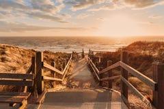 Drewniany schody w wieczór świetle z widokiem morza fotografia royalty free