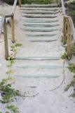 Drewniany schody zakrywający plażowym piaskiem na tropikalnym lecie Obrazy Royalty Free