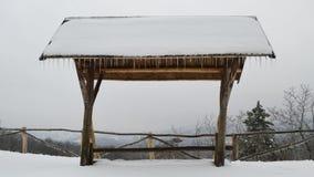 Drewniany schronienie z dystansowym widokiem w zimie zdjęcia stock