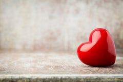 Drewniany serce kształtujący Kartka z pozdrowieniami Valentine& x27; s dnia powitanie Obrazy Stock