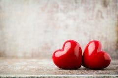 Drewniany serce kształtujący Kartka z pozdrowieniami Valentine& x27; s dnia powitanie Zdjęcie Royalty Free