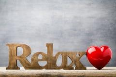 Drewniany serce kształtujący Kartka z pozdrowieniami Valentine& x27; s dnia powitanie Obraz Stock
