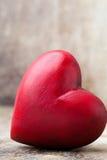 Drewniany serce kształtujący Kartka z pozdrowieniami Valentine& x27; s dnia powitanie Fotografia Royalty Free
