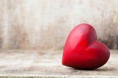 Drewniany serce kształtujący Kartka z pozdrowieniami Valentine& x27; s dnia powitanie Zdjęcia Stock